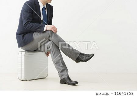 足 を 組ん で 座る