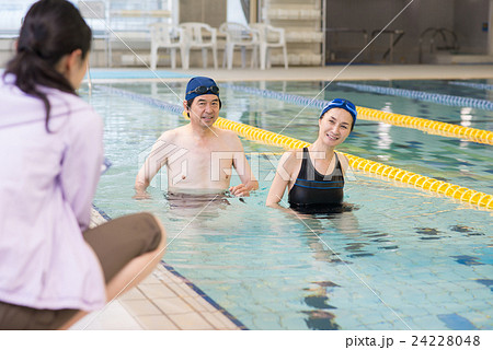 f2dcfcdaf4f 夫婦 プール スポーツクラブ シニアの写真素材 - PIXTA